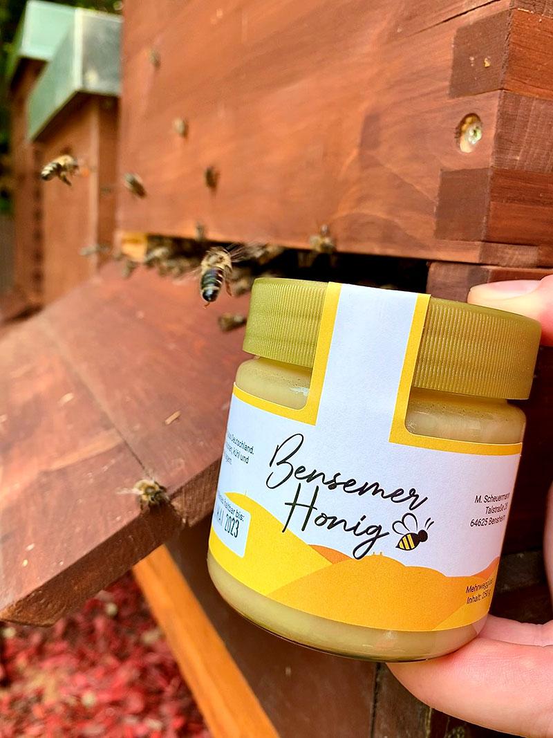 Bensemer Honig am Bienenstand